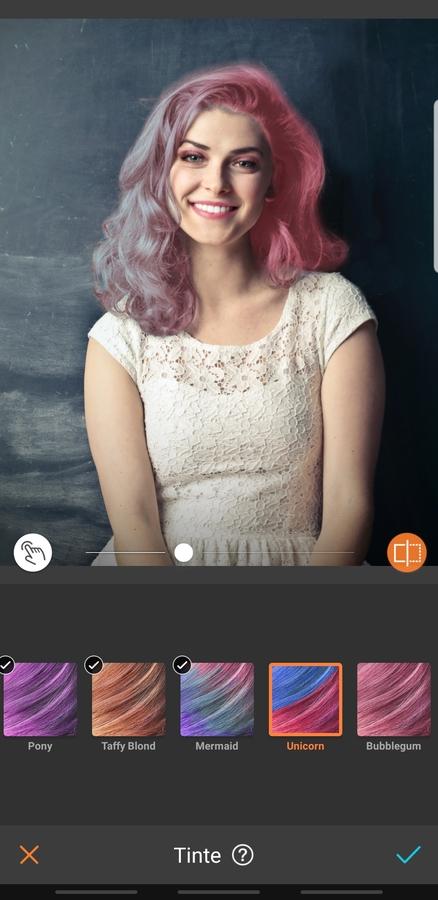 retrato de mujer sonriendo, con maquillaje llamativo y cabello rosa