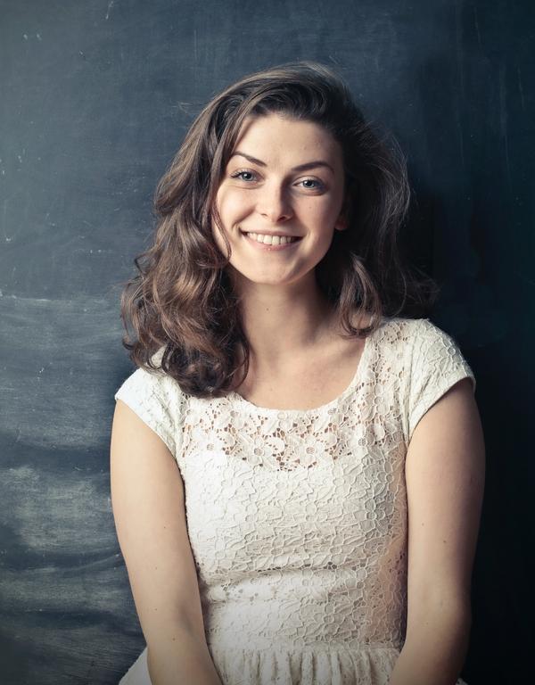 retrato de mujer sonriendo con vestido blanco