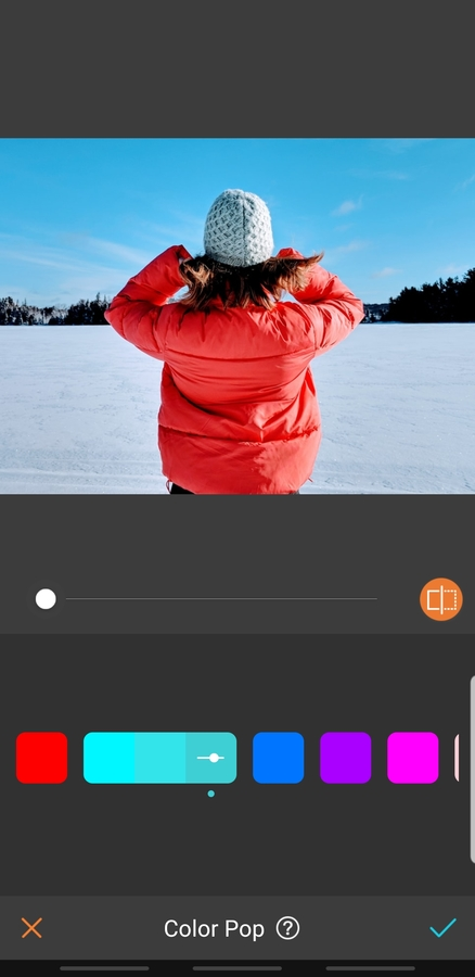 mujer en un paisaje con nieve y una chamarra roja