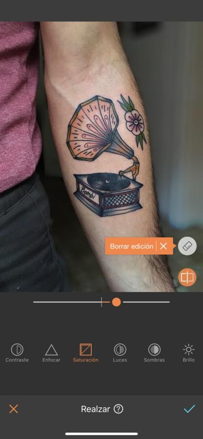 tatuaje de un instrumento musical en el antebrazo