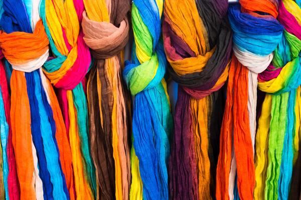 telas de colores colgadas una a lado e la otra