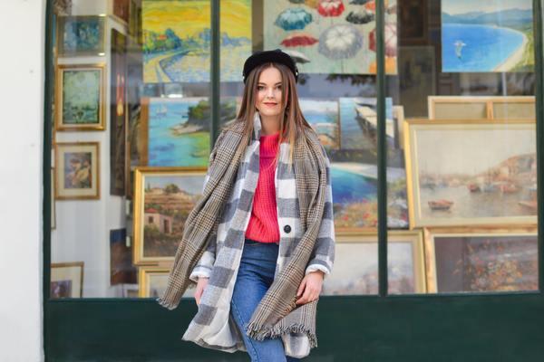 mujer con outfit de invierno frente a una galería de arte