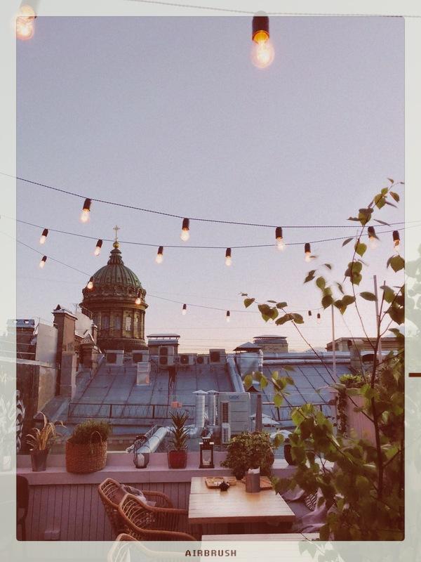 balcón con luces led de un restaurante europeo