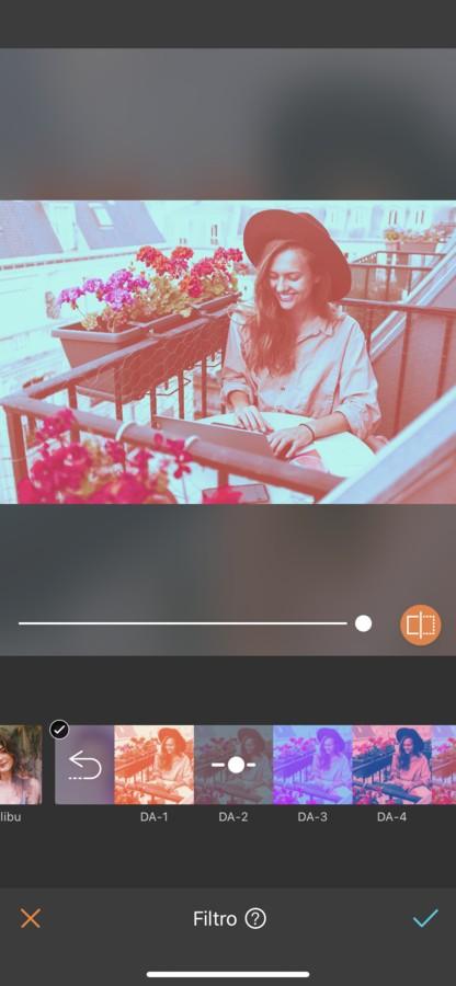 mujer rubia con sombrero trabajando en un balcón en Paris. La imagen tiene un filtro rojo.