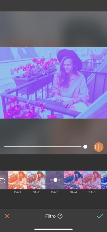 mujer rubia con sombrero trabajando en un balcón en Paris. La imagen tiene un filtro morado.
