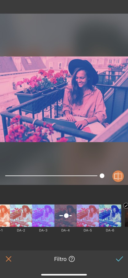 mujer rubia con sombrero trabajando en un balcón en Paris. La imagen tiene un filtro rosa.