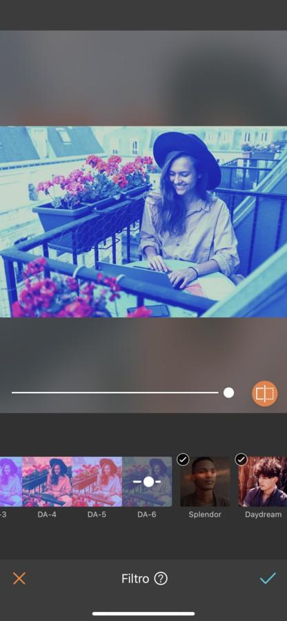 mujer rubia con sombrero trabajando en un balcón en Paris. La imagen tiene un filtro azul.