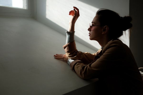 Foto de una mujer mirando por la ventana