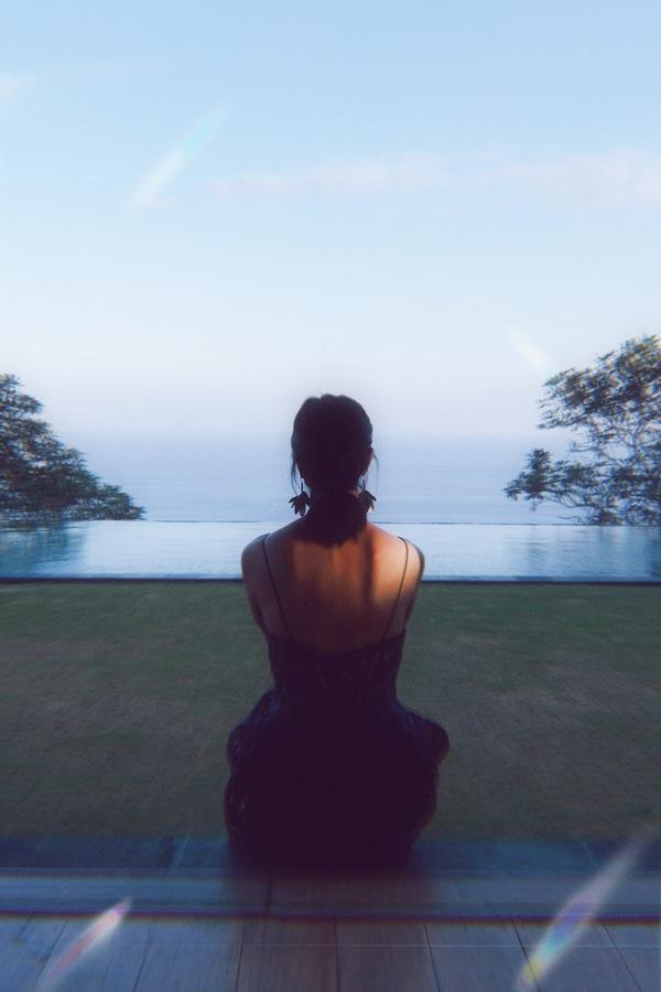 foto de una mujer de espaldas