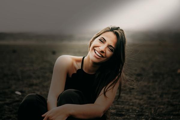 Filtros Shadows mujer sonriendo