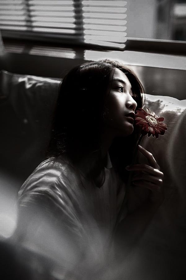 edición de foto de mujer con flores con diferentes filtros de AirBrush
