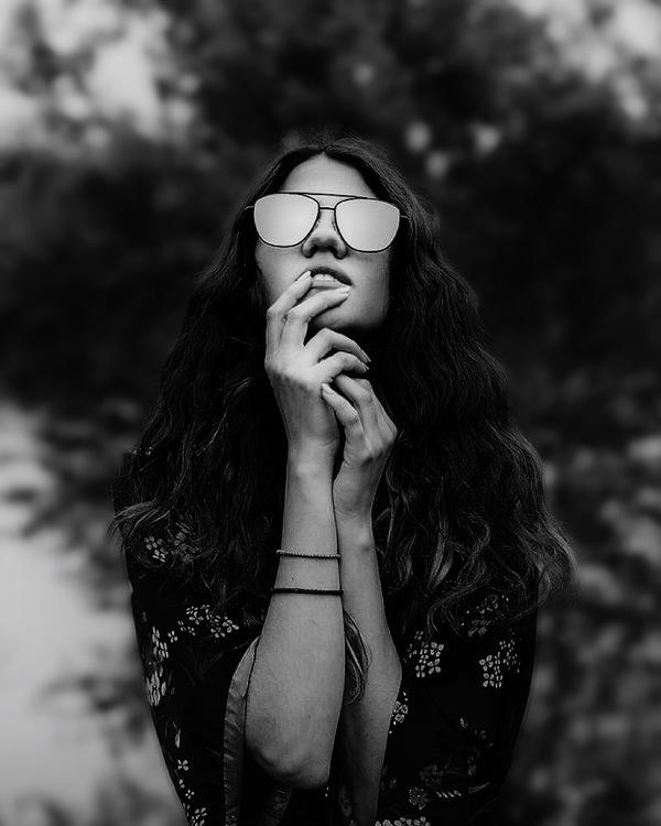 edición de foto de mujer con diferentes filtros de AirBrush