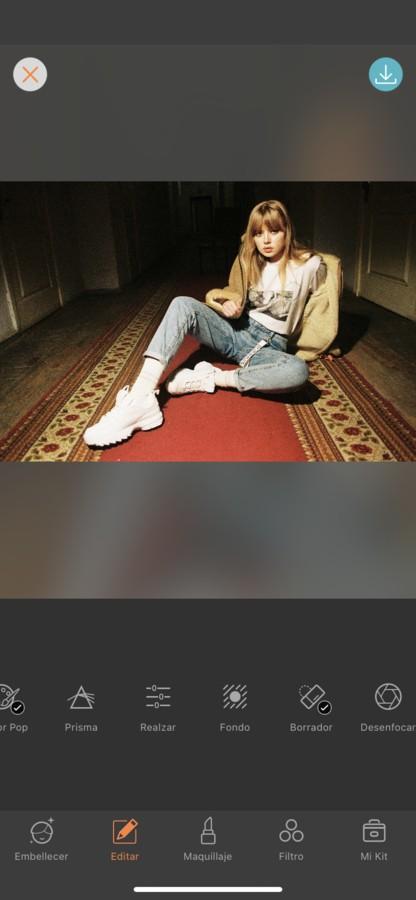edición de foto de mujer vestida con outfit de streetwear y sentada en una alfombra roja, la segunda foto está en un fondo distinto