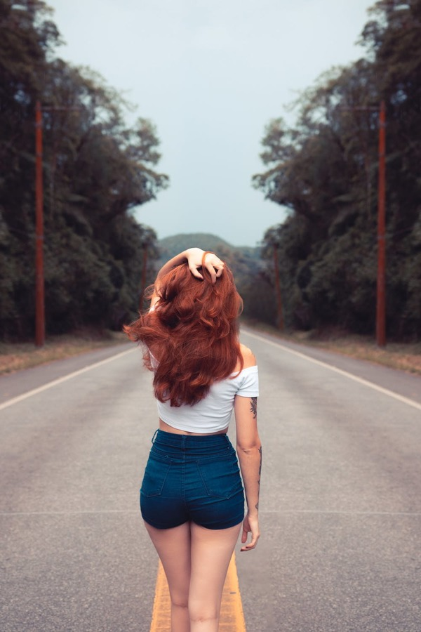 mujer en el camino