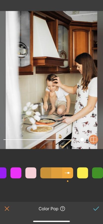 Mamá en la cocina cocinando junto con su hijo varón de 5 años.