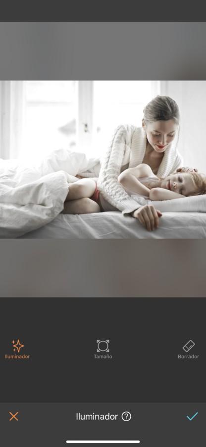 Mamá viendo cómo duerme su hija sobre la cama