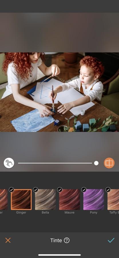 mamá con su hijo pelirrojo pintando