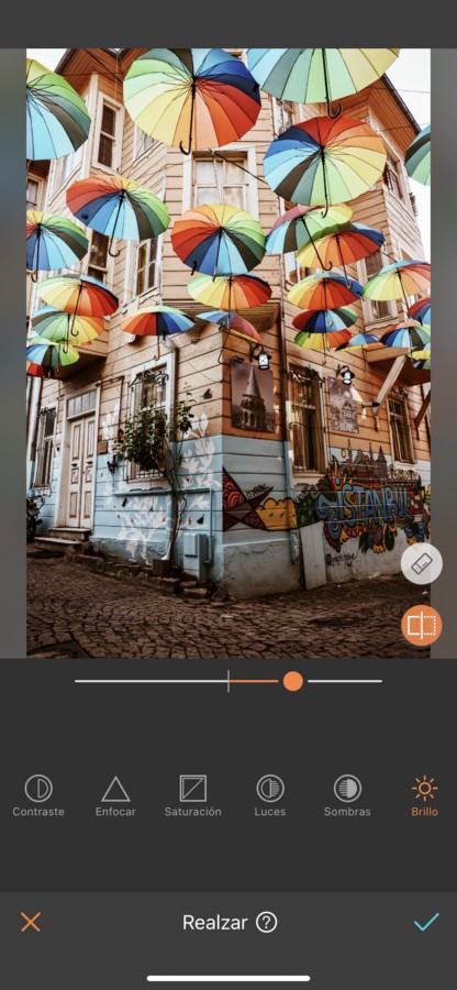 Sombrillas de colores colgando en la calle.