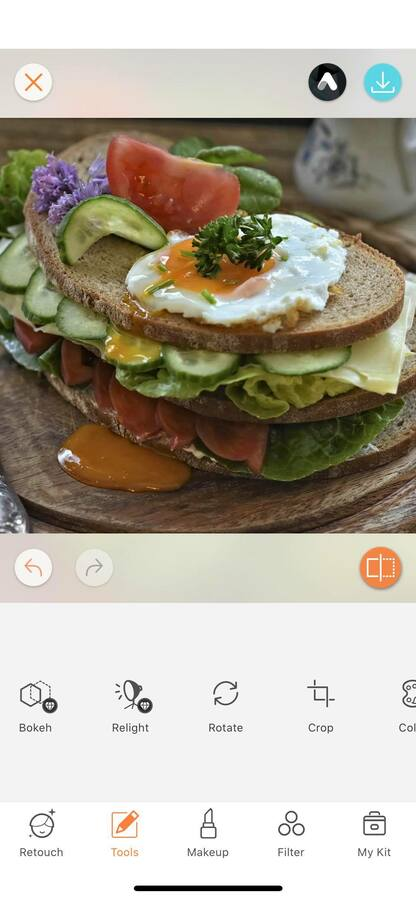 sandwich with eggs, tomatoes and pickles