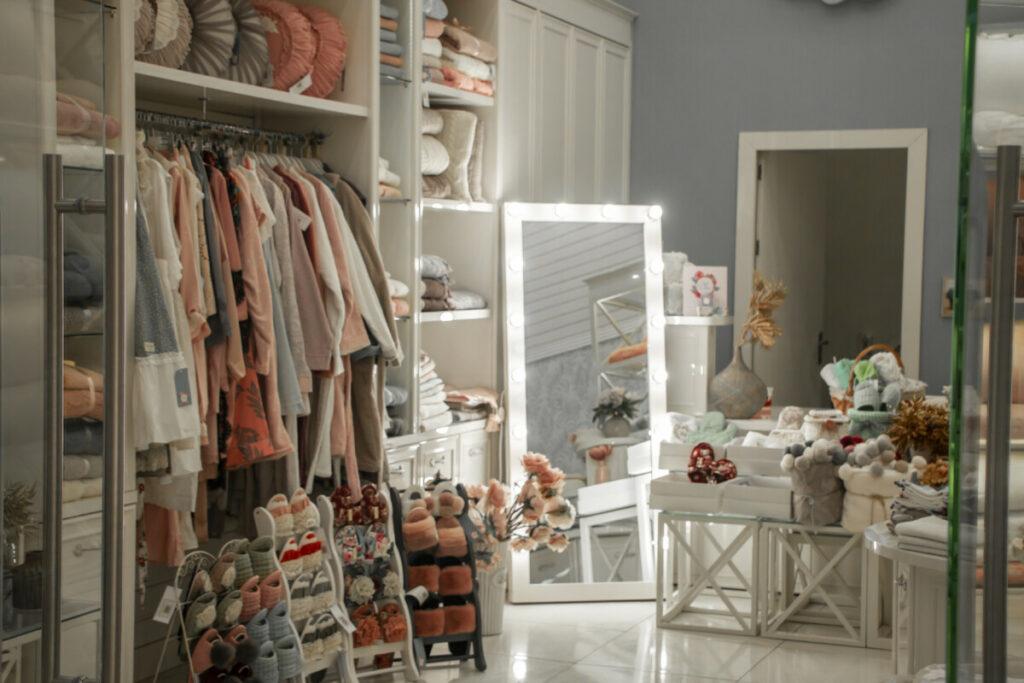 Uma imagem de uma loja de bebê, com roupas e sapatinhos de criança.