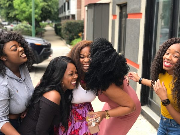 grupo de amigas afrodescendientes  riendo