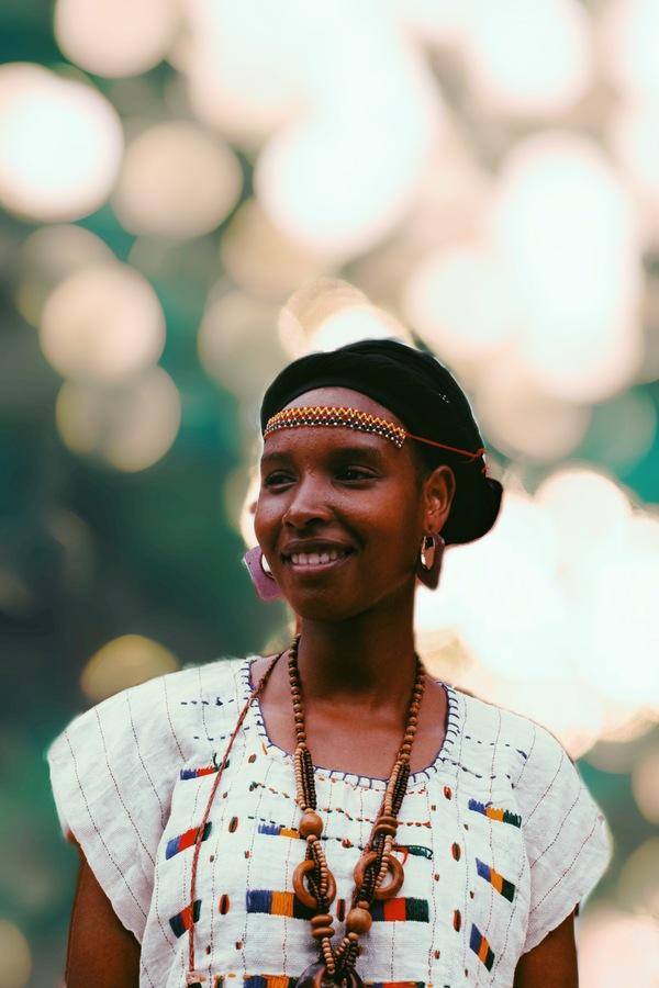 mujer afrodescendiente con vestimenta tradicional