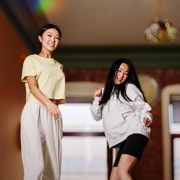 mujer bailando y saltando en una pijamada
