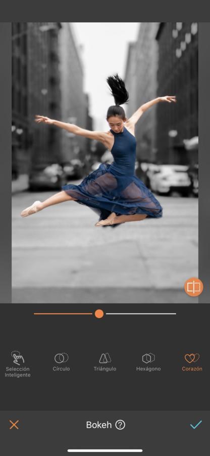 mujer bailando ballet en medio de la ciudad