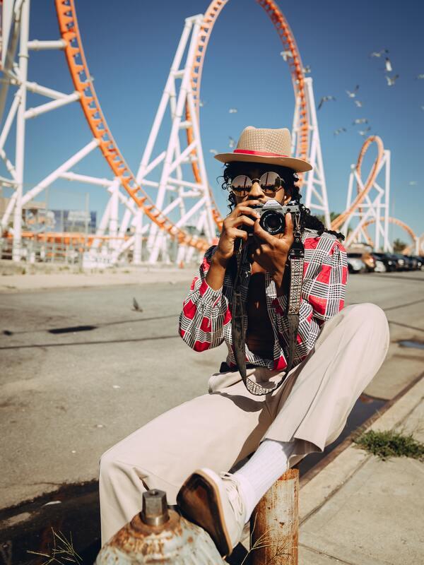 joven en una feria con cámara vintage