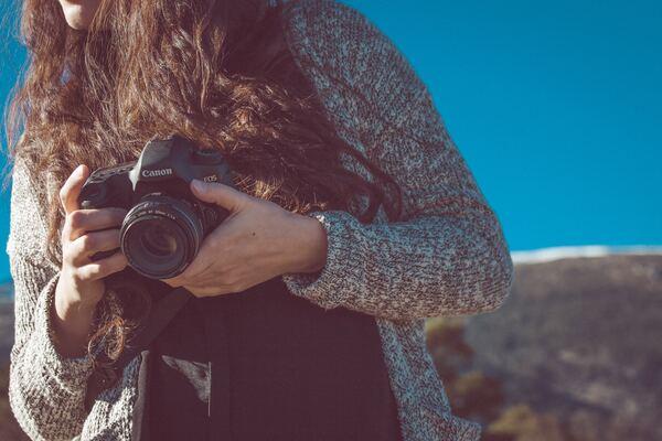 mujer con cámara en manos