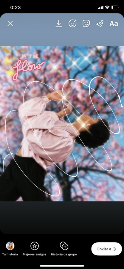 3 ideas para crear historias de Instagram mujer bailando flores