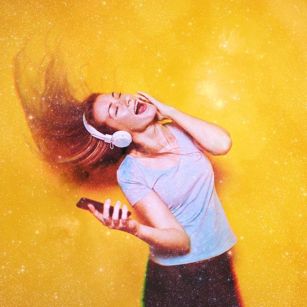 mujer tirando su cabello y escuchando música.