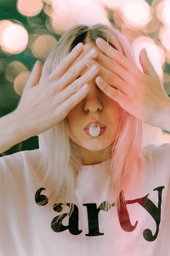 mujer con las manos sobre los ojos