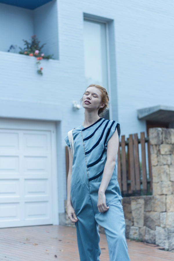 mujer rubia con un overol azul