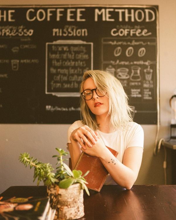 mujer rubia en una cafetería