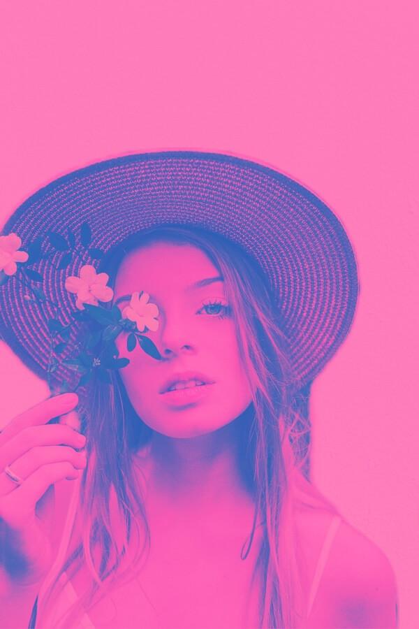 foto estilo pop art de mujer con sombrero y flores