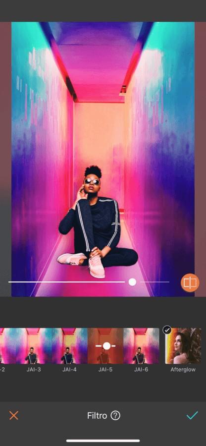 mujer sentada con el fondo de color