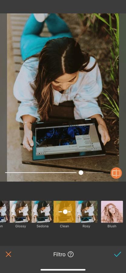 mujer leyendo en su iPad