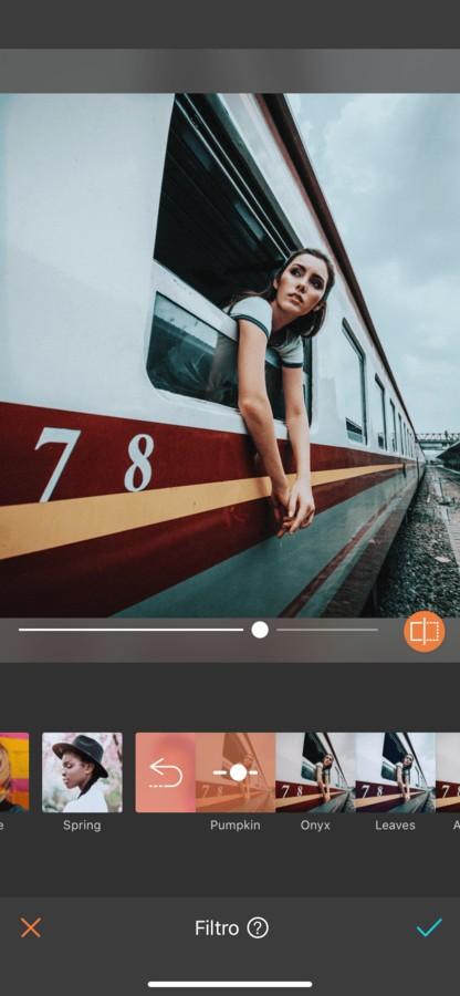 mujer en ventana de tren