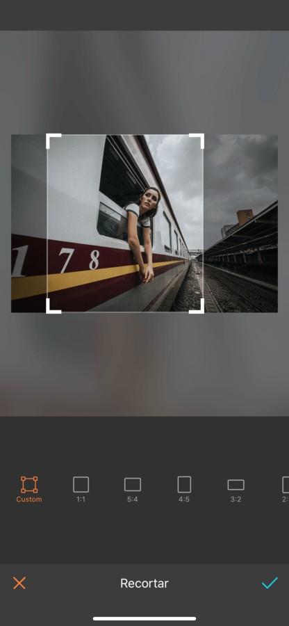 mujer en ventana del tren
