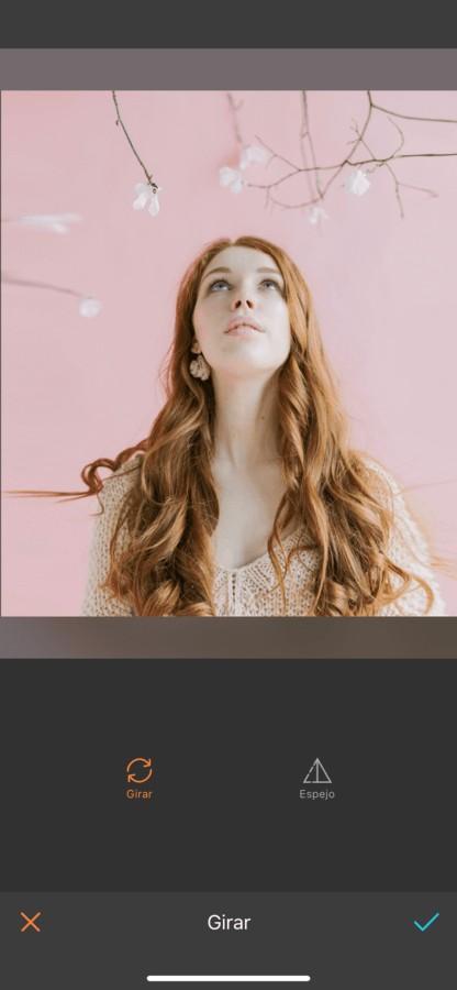 mujer mirando hacia arriba siendo editado por AirBrush