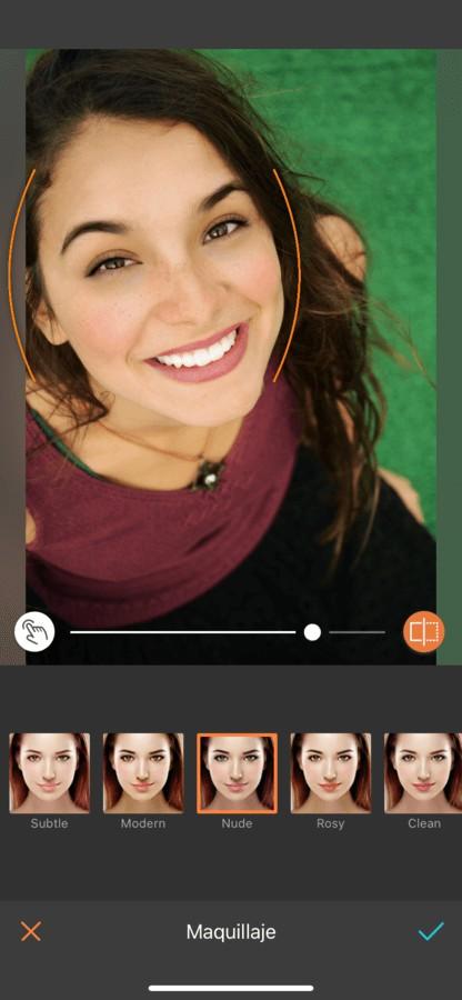 mujer sonriente editada por AirBrush