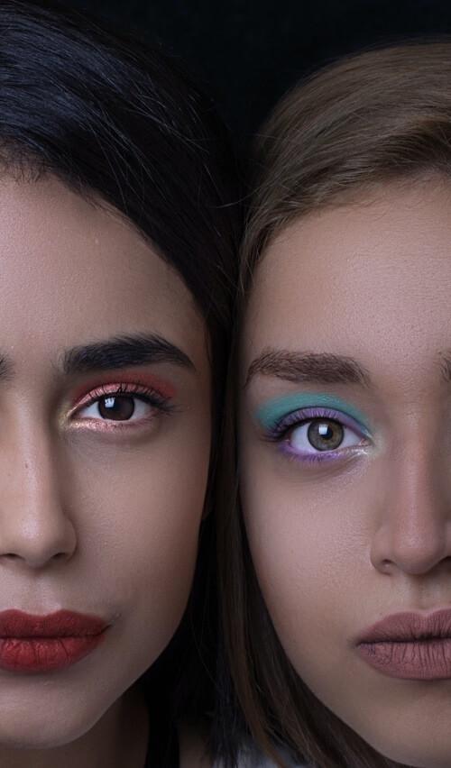 mujeres con maquillaje de glitter de colores