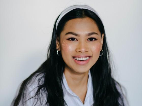 Mujer en blanco con maquillaje Shimmer