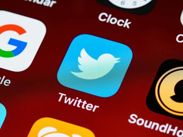 Ícone azul do app do Twitter na tela de um smartphone