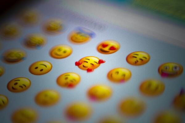 Uma tela de celular com vários emojis