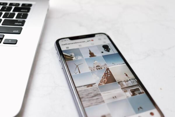 Smartphone com o Instagram aberto