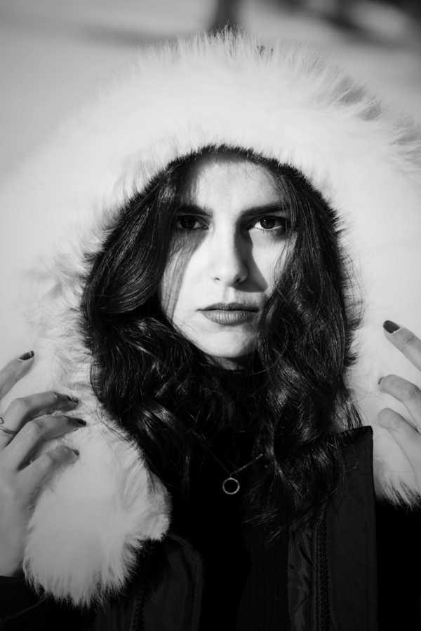 Uma garota usando um gorro felpudo em foto preto e branca
