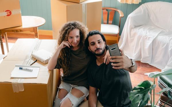 Homem e mulher tirando uma selfie