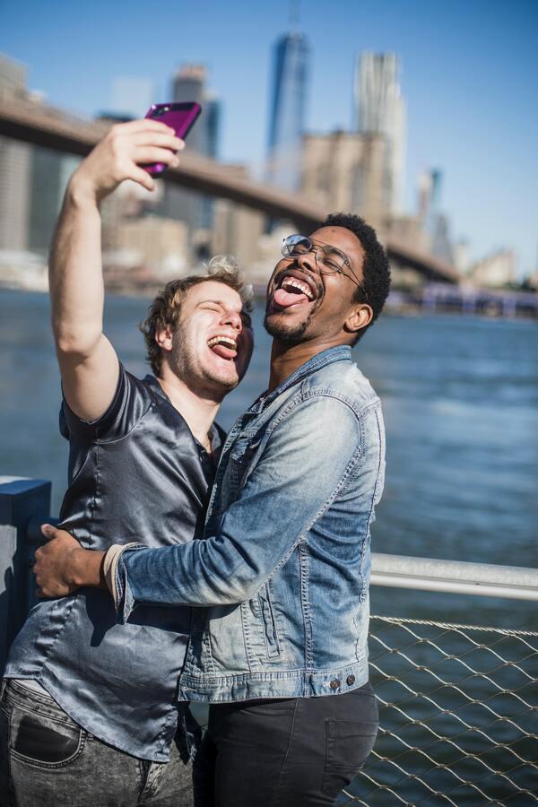 Casal de homens tirando uma selfie